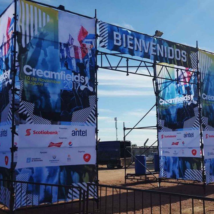 Telas digitales en estructura, como decoración promocional para evento